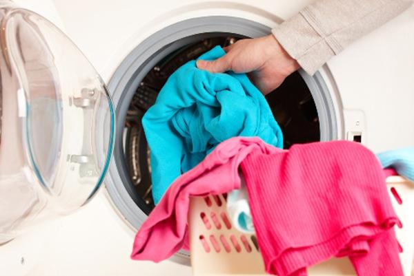 Vắt quần áo trong máy giặt giúp quần áo nhanh khô