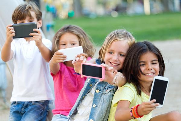 Trẻ em dưới 10 tuổi có nên cho dùng điện thoại hay không?